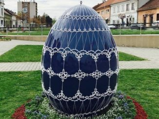 Križevci - Large Easter egg with tatted lace